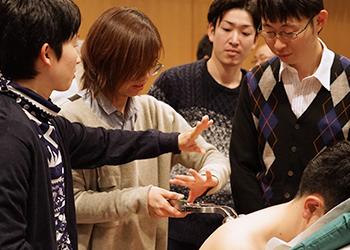 療具の使い方をアドバイスする受講生たち